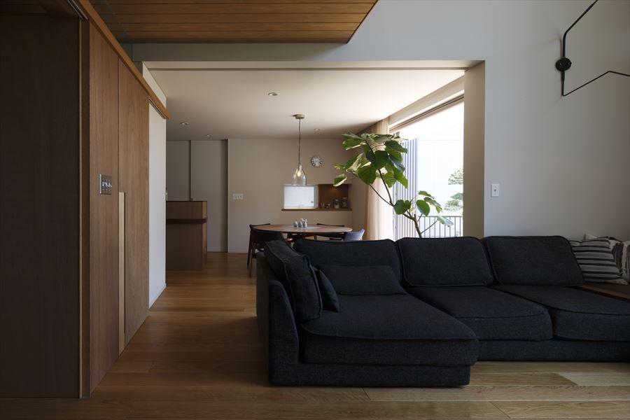 『アトリエのある家』素材、色調。こだわりの詰まった住まいの部屋 リビングよりダイニングを見る