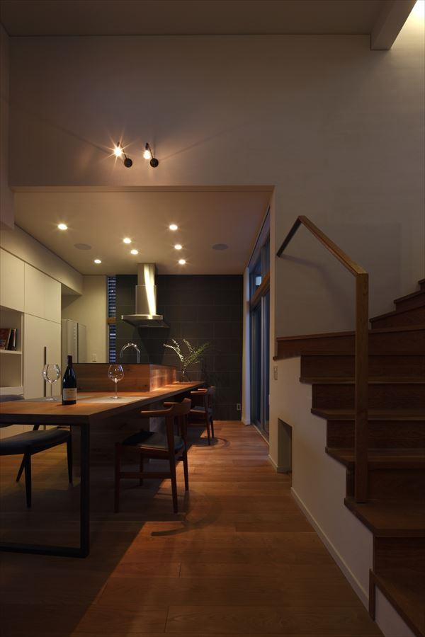 『多層一体の家』立体的ワンルーム空間の住まいの部屋 夜のダイニングキッチン