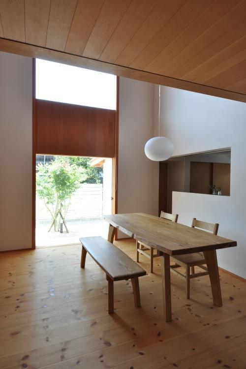 『可児の家』開放感溢れるナチュラルな住まいの部屋 明るい吹き抜けダイニング
