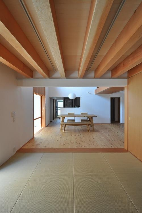 『可児の家』開放感溢れるナチュラルな住まいの部屋 和室リビングよりダイニングを見る