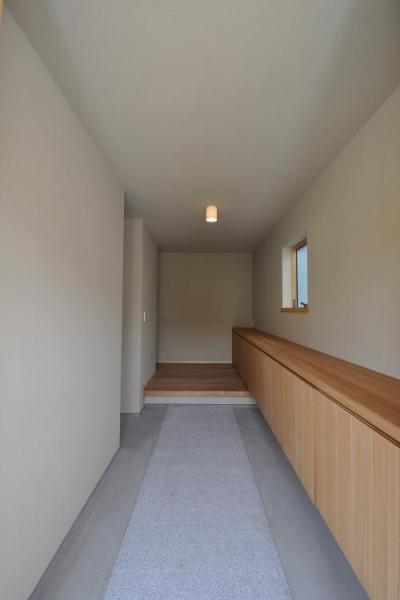 『那加の家』木の香りに満ちた和の住宅 (玄関-壁と天井は京じゅらく塗り)