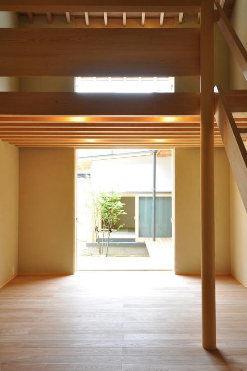 『那加の家』木の香りに満ちた和の住宅の写真 明るい吹き抜けリビング