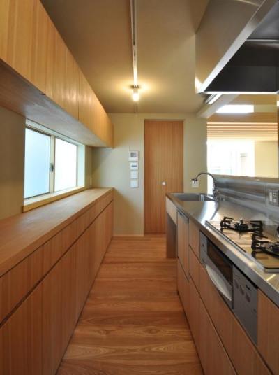 木目美しいキッチン (『那加の家』木の香りに満ちた和の住宅)