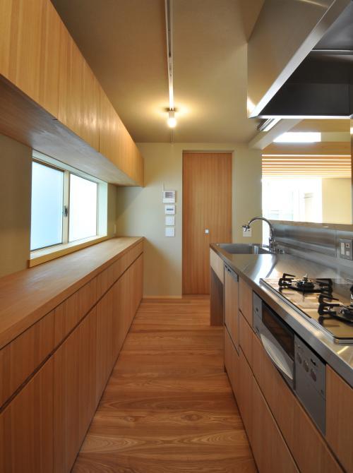 『那加の家』木の香りに満ちた和の住宅 (木目美しいキッチン)