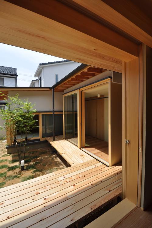 『那加の家』木の香りに満ちた和の住宅 (リビングより中庭・和室を見る)