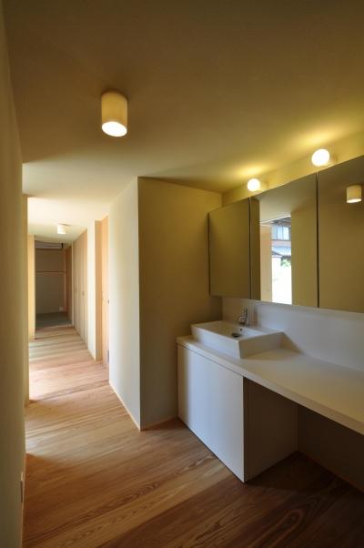 『那加の家』木の香りに満ちた和の住宅 (廊下・洗面スペース)