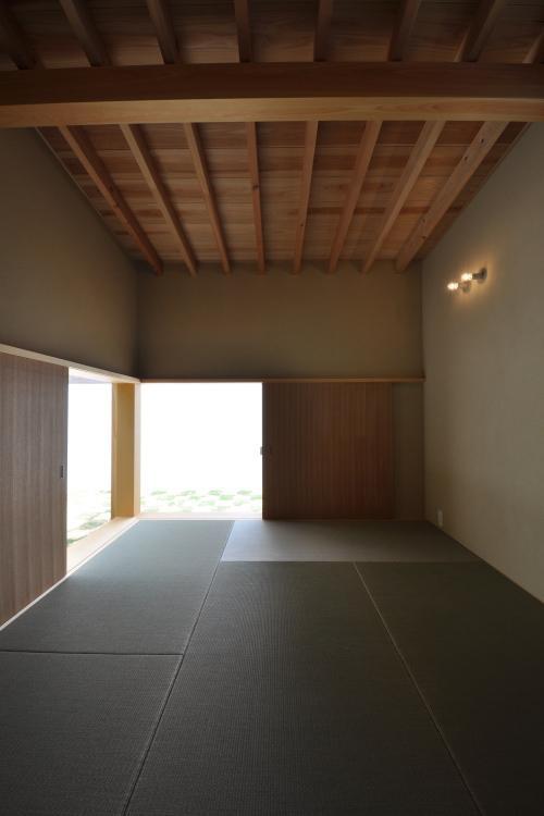『那加の家』木の香りに満ちた和の住宅の写真 中庭を望める和室