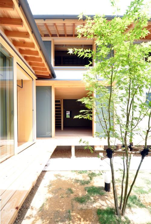 『那加の家』木の香りに満ちた和の住宅の写真 緑が映える開放的な中庭