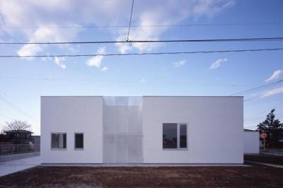 『モンタージュ』プライバシーを守りながら開放感を保つ家 (白いキューブ型の外観-1)