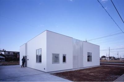 『モンタージュ』プライバシーを守りながら開放感を保つ家 (白いキューブ型の外観-2)