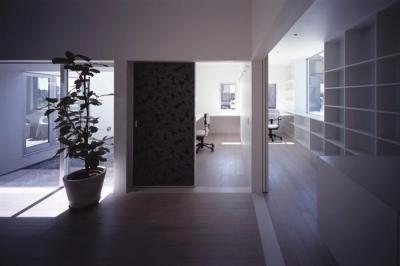 白で統一された書斎 (『モンタージュ』プライバシーを守りながら開放感を保つ家)
