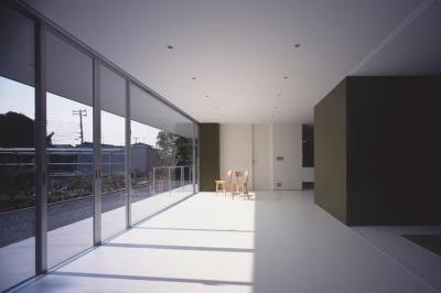 『コンセント』空間を最大限確保した廊下がない住まい (全面ガラス張りのLDK)