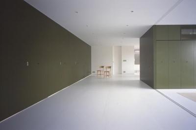 『コンセント』空間を最大限確保した廊下がない住まい (白とオリーブグリーンが調和するLDK)