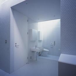 『コンセント』空間を最大限確保した廊下がない住まい (白い丸モザイクタイルの洗面・トイレ)