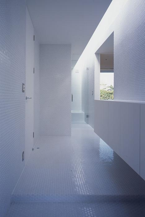 『コンセント』空間を最大限確保した廊下がない住まい (白い丸モザイクタイルの玄関ホール)