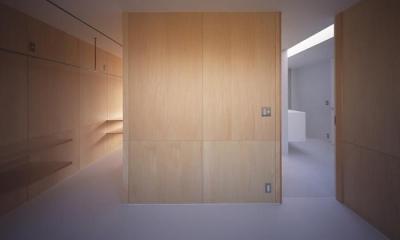 『コンセント』空間を最大限確保した廊下がない住まい (木の壁の洋室)