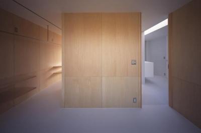 木の壁の洋室 (『コンセント』空間を最大限確保した廊下がない住まい)