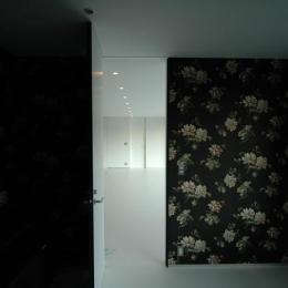 『コンセント』空間を最大限確保した廊下がない住まい (花柄クロスのシックな寝室)