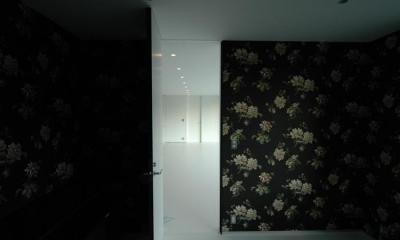 花柄クロスのシックな寝室|『コンセント』空間を最大限確保した廊下がない住まい