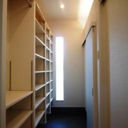 『浮き書斎の家』寝室から独立した斬新な書斎のある家 (収納たっぷりの玄関)