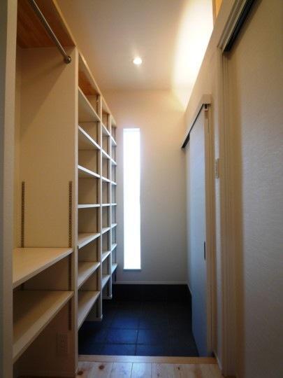 『浮き書斎の家』寝室から独立した斬新な書斎のある家の部屋 収納たっぷりの玄関
