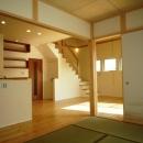 『浮き書斎の家』寝室から独立した斬新な書斎のある家の写真 木の温かみ感じるLDK