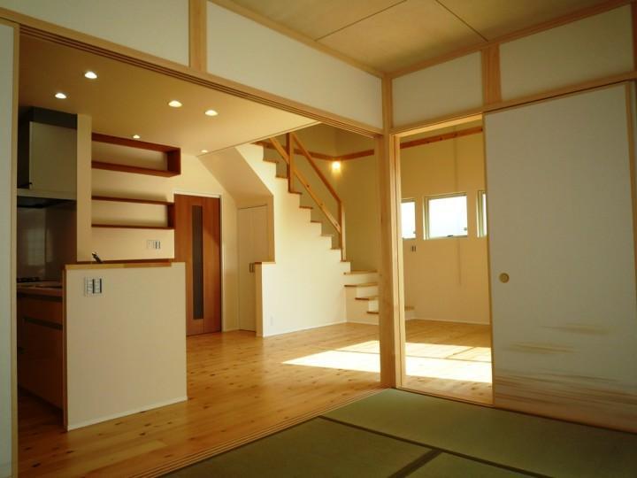 『浮き書斎の家』寝室から独立した斬新な書斎のある家の部屋 木の温かみ感じるLDK