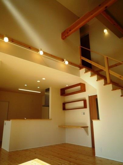 『浮き書斎の家』寝室から独立した斬新な書斎のある家の部屋 吹き抜けのLDK