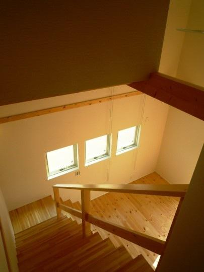 『浮き書斎の家』寝室から独立した斬新な書斎のある家の部屋 階段を見下ろす