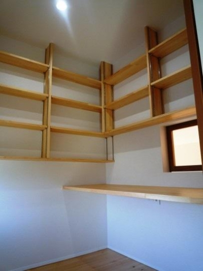 浮き書斎-内部 (『浮き書斎の家』寝室から独立した斬新な書斎のある家)