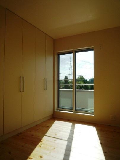 『浮き書斎の家』寝室から独立した斬新な書斎のある家 (木の温かみ感じる洋室)