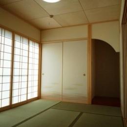 優しい光の差し込む和室 (『浮き書斎の家』寝室から独立した斬新な書斎のある家)