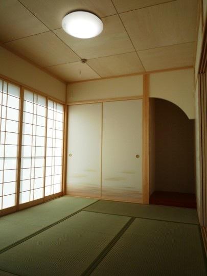 『浮き書斎の家』寝室から独立した斬新な書斎のある家 (優しい光の差し込む和室)