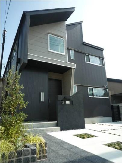 『LX2 house』2つのリビングがある共働き・子育て世帯の理想の家の写真 黒いシャープな外観