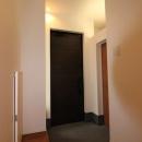黒いドアがアクセントの玄関