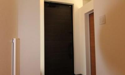 『LX2 house』2つのリビングがある共働き・子育て世帯の理想の家 (黒いドアがアクセントの玄関)