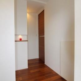 『LX2 house』2つのリビングがある共働き・子育て世帯の理想の家 (玄関ホール-正面はニッチ)