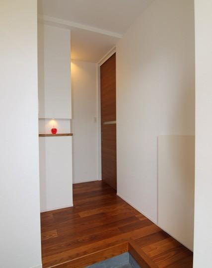 『LX2 house』2つのリビングがある共働き・子育て世帯の理想の家の写真 玄関ホール-正面はニッチ
