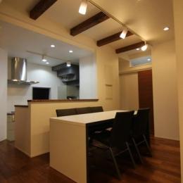 『LX2 house』2つのリビングがある共働き・子育て世帯の理想の家 (シンプルモダンなダイニングキッチン)