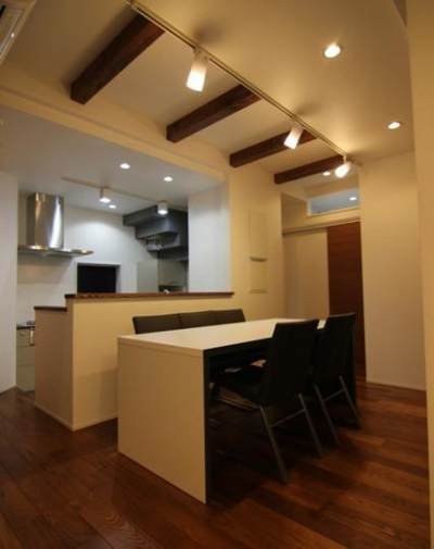 シンプルモダンなダイニングキッチン (『LX2 house』2つのリビングがある共働き・子育て世帯の理想の家)