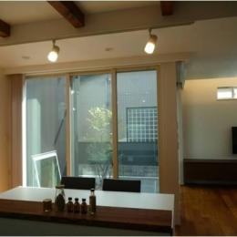 『LX2 house』2つのリビングがある共働き・子育て世帯の理想の家 (キッチンからの眺め)