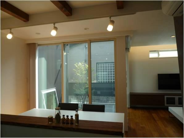 『LX2 house』2つのリビングがある共働き・子育て世帯の理想の家の写真 キッチンからの眺め