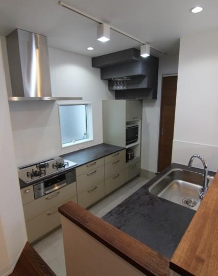 『LX2 house』2つのリビングがある共働き・子育て世帯の理想の家の写真 モダンなキッチン-1