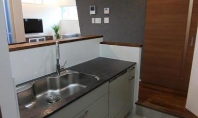 『LX2 house』2つのリビングがある共働き・子育て世帯の理想の家 (モダンなキッチン-2)