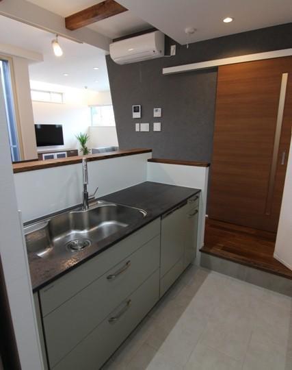 『LX2 house』2つのリビングがある共働き・子育て世帯の理想の家の写真 モダンなキッチン-2
