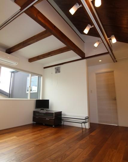 『LX2 house』2つのリビングがある共働き・子育て世帯の理想の家の写真 2階サブリビング-1