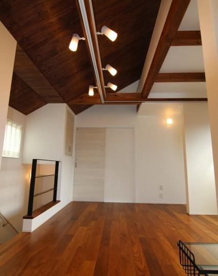『LX2 house』2つのリビングがある共働き・子育て世帯の理想の家の写真 2階サブリビング-2