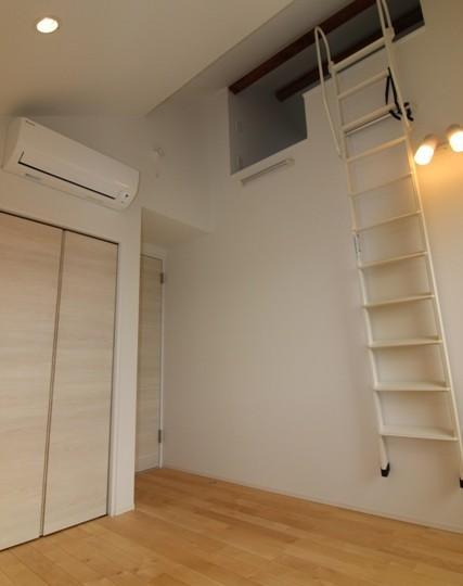 『LX2 house』2つのリビングがある共働き・子育て世帯の理想の家の写真 ロフト付きの寝室