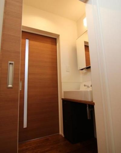 モダンな洗面所 (『LX2 house』2つのリビングがある共働き・子育て世帯の理想の家)