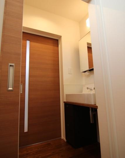 『LX2 house』2つのリビングがある共働き・子育て世帯の理想の家 (モダンな洗面所)